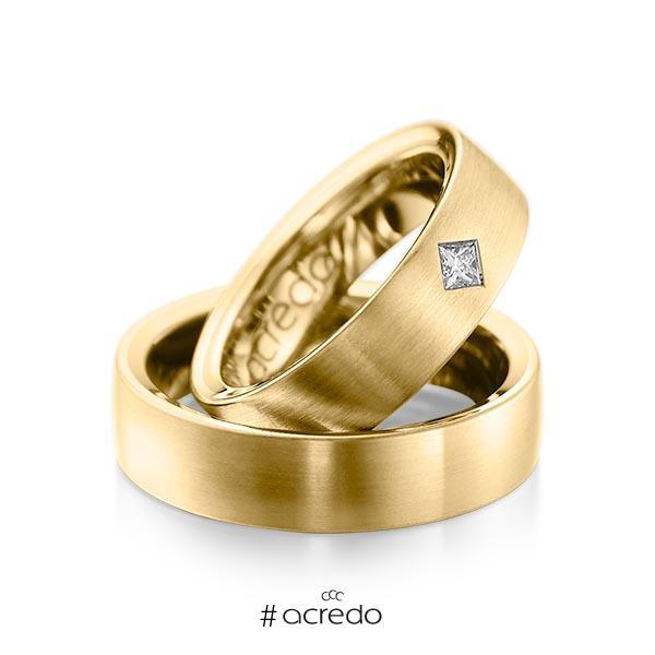 Paar klassische Trauringe/Eheringe in außen Gelbgold 585 , innen Gelbgold 585 mit zus. 0,12 ct. Prinzess-Diamant tw, si von acredo