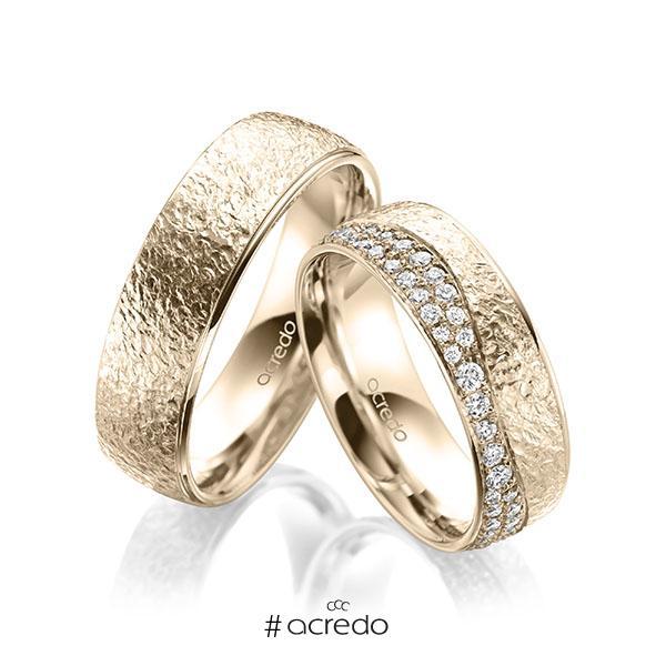 Paar klassische Trauringe/Eheringe in Signature Gold 585 crushed Struktur, mit zus. 0,693 ct. Brillant tw, si von acredo